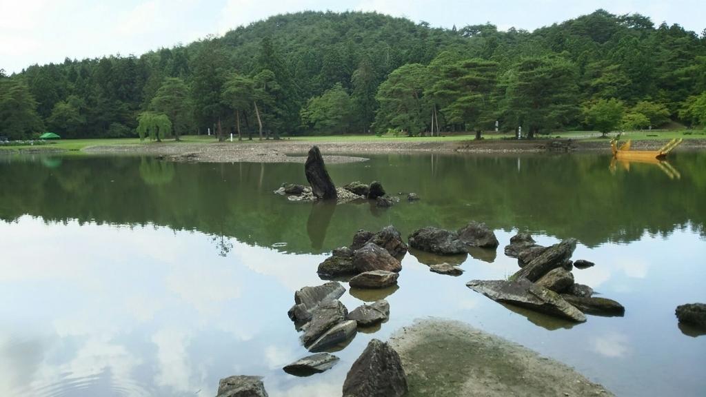 かつての姿をよく残している毛越寺境内の池
