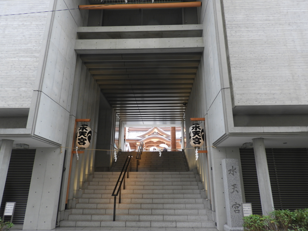 水天宮の表参道にあたる正面の階段