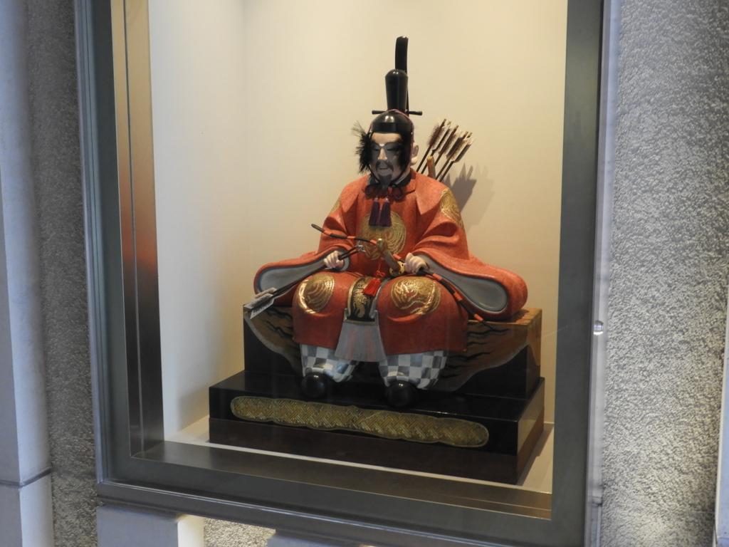 水天宮の階段脇の人形