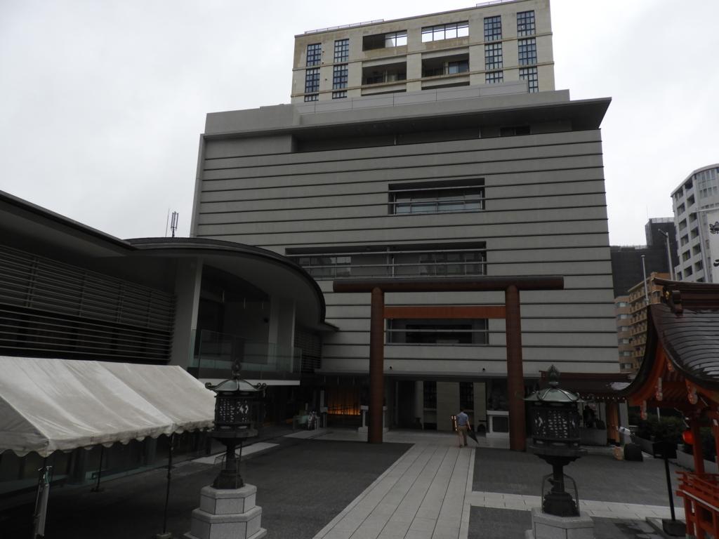 水天宮を囲む近代的ビル