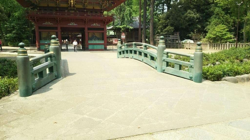 根津神社楼門の手前を流れる川に掛けられた神橋