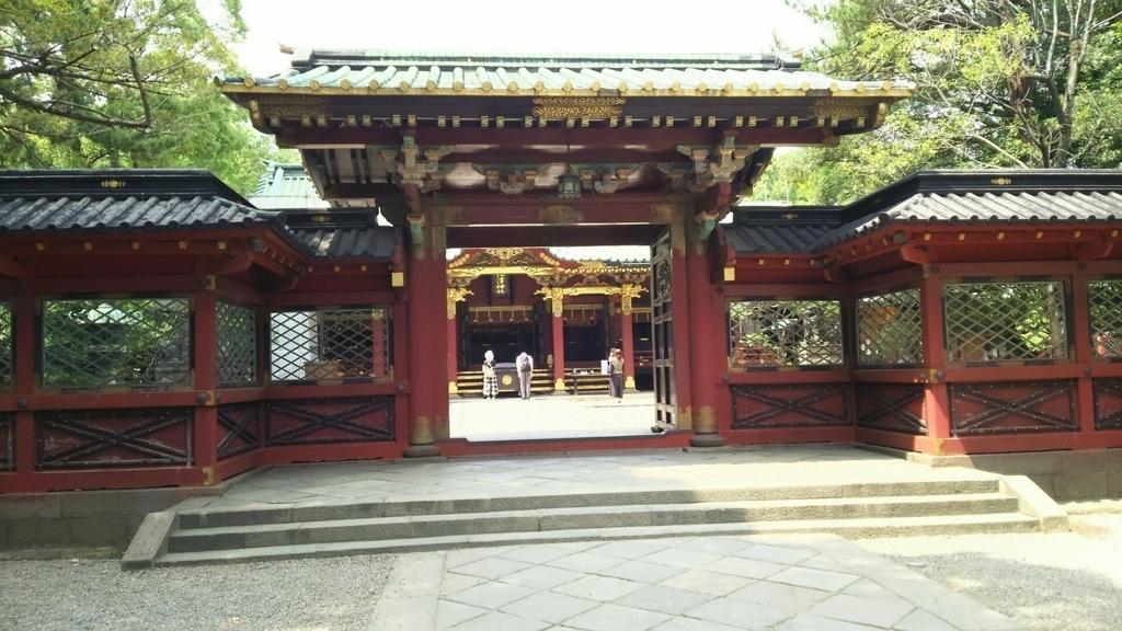 根津神社の唐門。奥に拝殿がある。