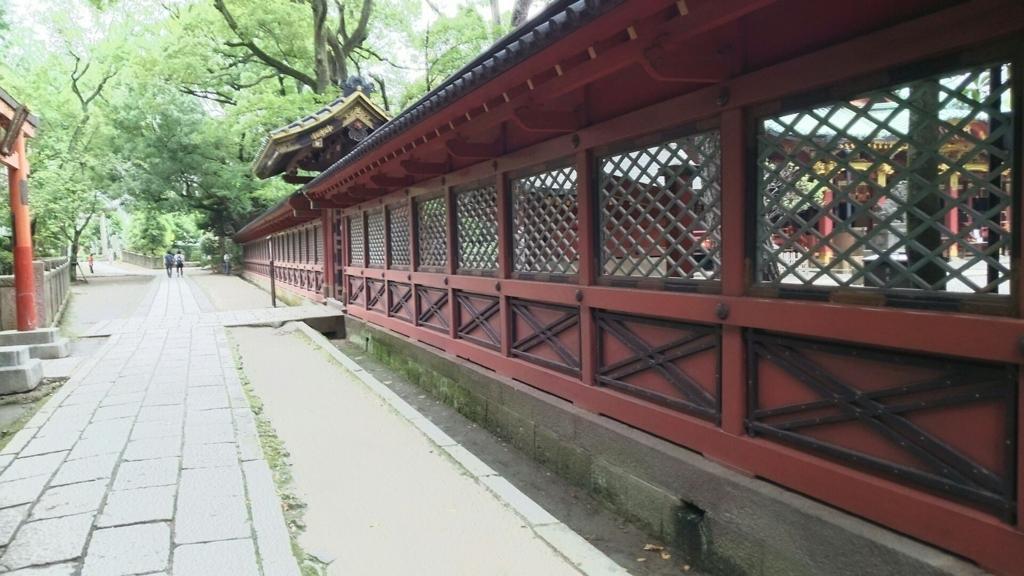 根津神社の透塀。向こう側にある拝殿が透かして見える