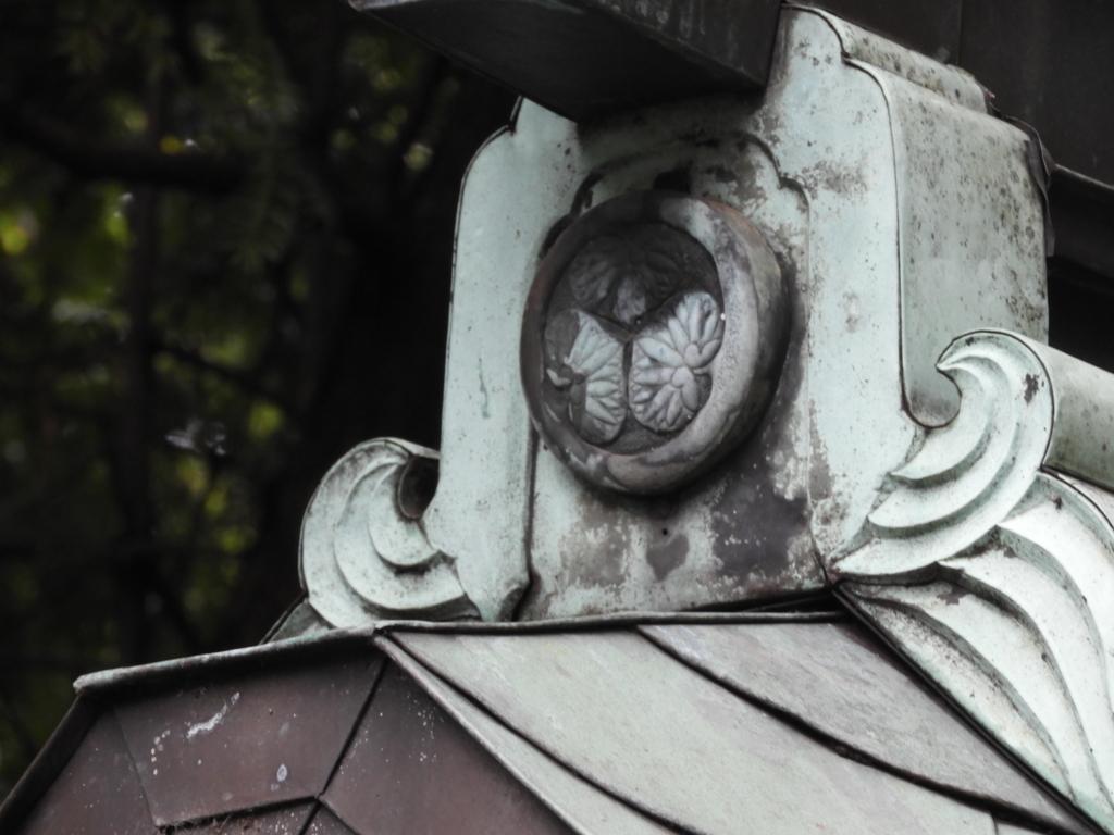 駒込稲荷神社の手水舎の屋根に残る三つ葉葵の紋所