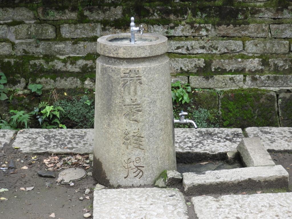 根津神社の「鴎外奉納の石」。境内に設置された何の変哲もない水飲み場に見える