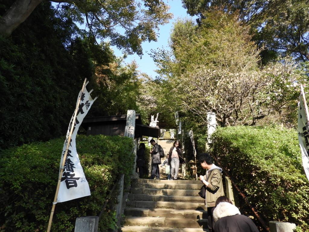観音堂まで続く杉本寺の長い階段