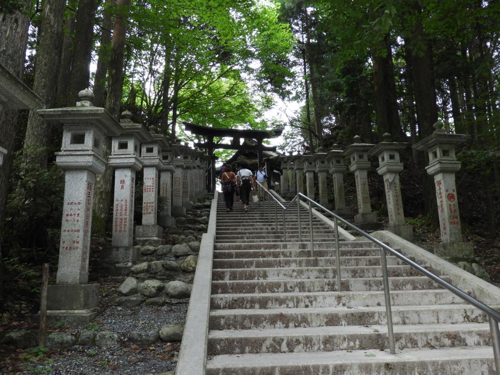 遥拝殿へ上がるための階段