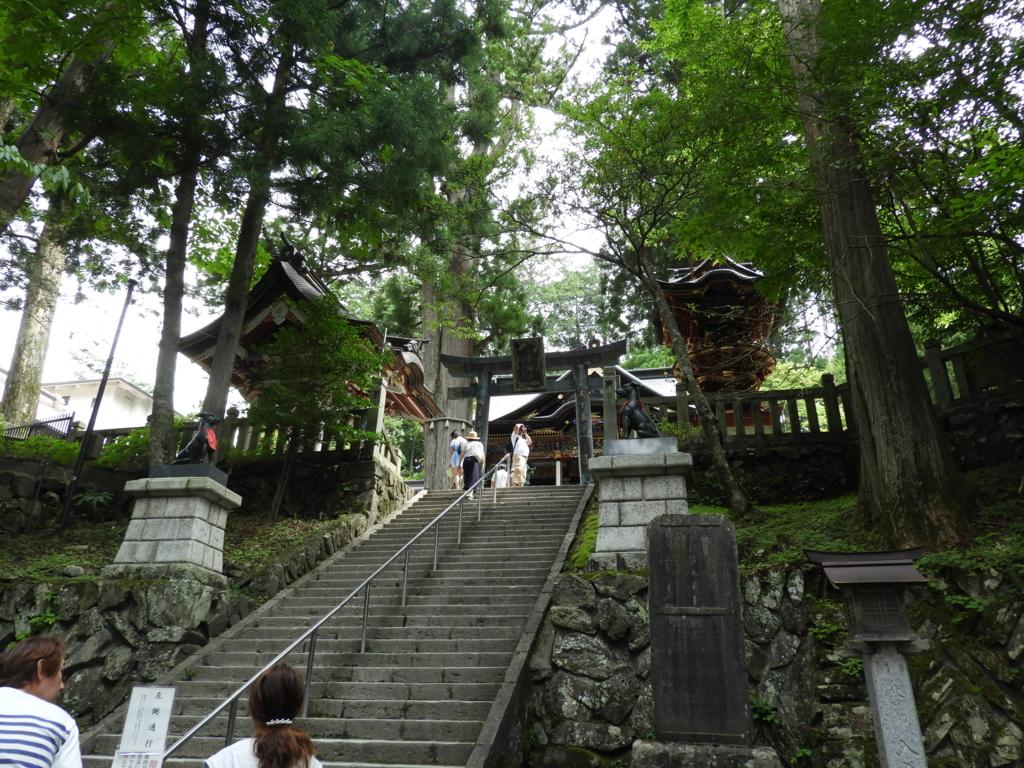 拝殿前の急な石段