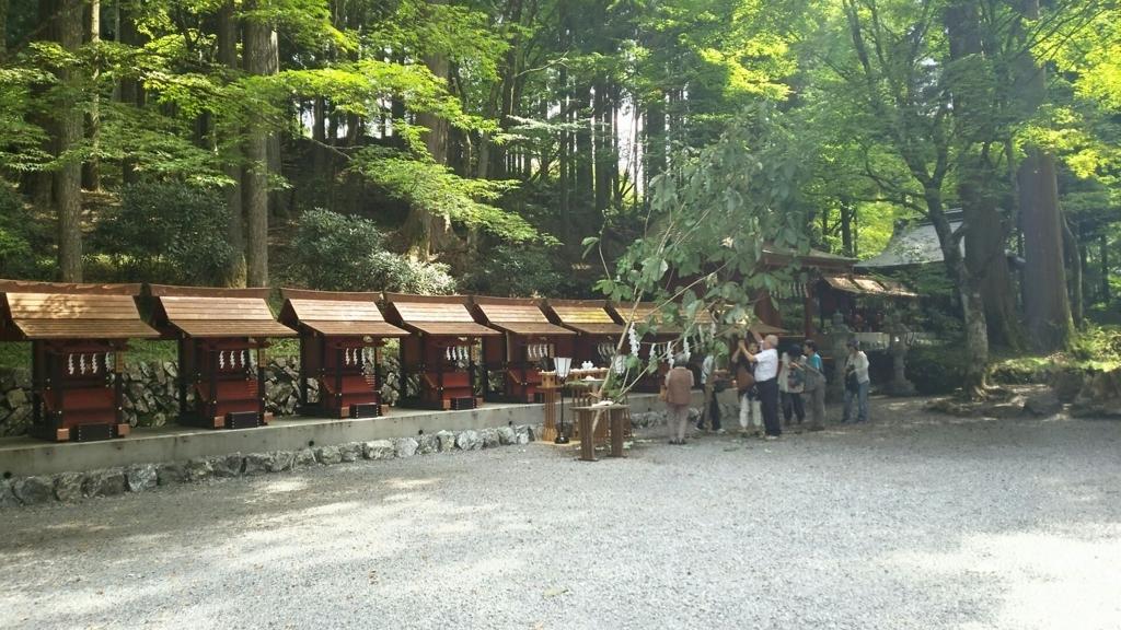 横一列に並んだ三峯神社にゆかりの深い神社の社殿