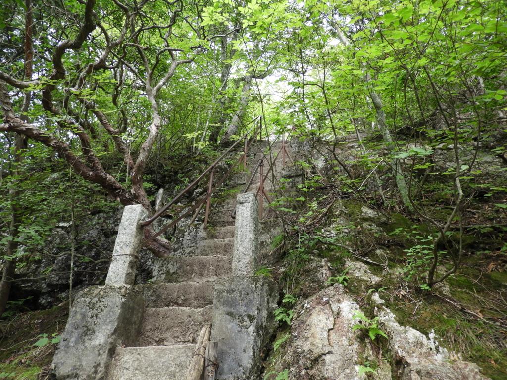 崖のような斜面に設けられた急な階段