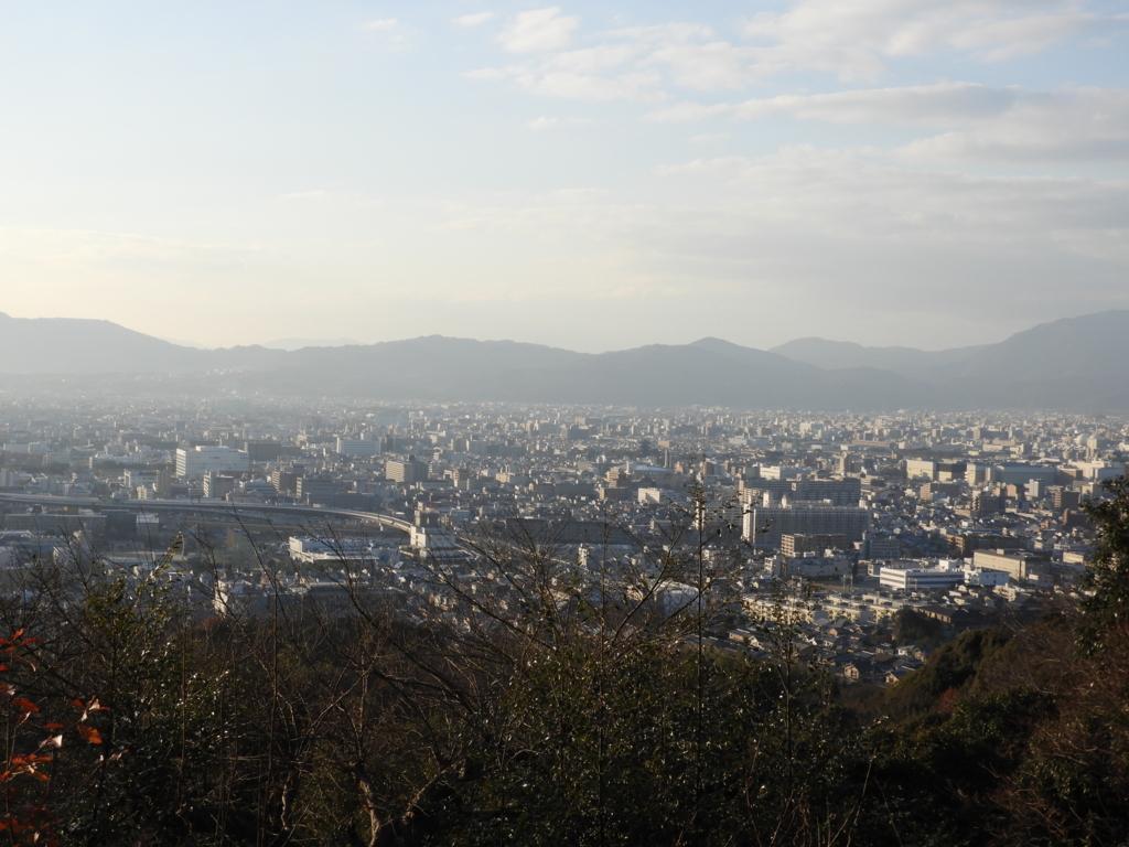市街地を一望する稲荷山の四ツ辻からの眺望