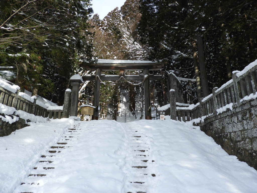 雪で埋もれた戸隠神社宝光社の石段