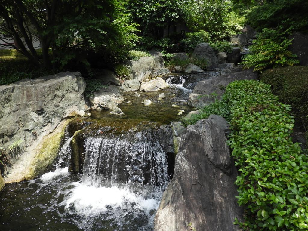浅草寺の西境内の入り口である小さな流れ。1mくらいの幅で置かれた岩の間を流れ、手前に小さな滝がある。