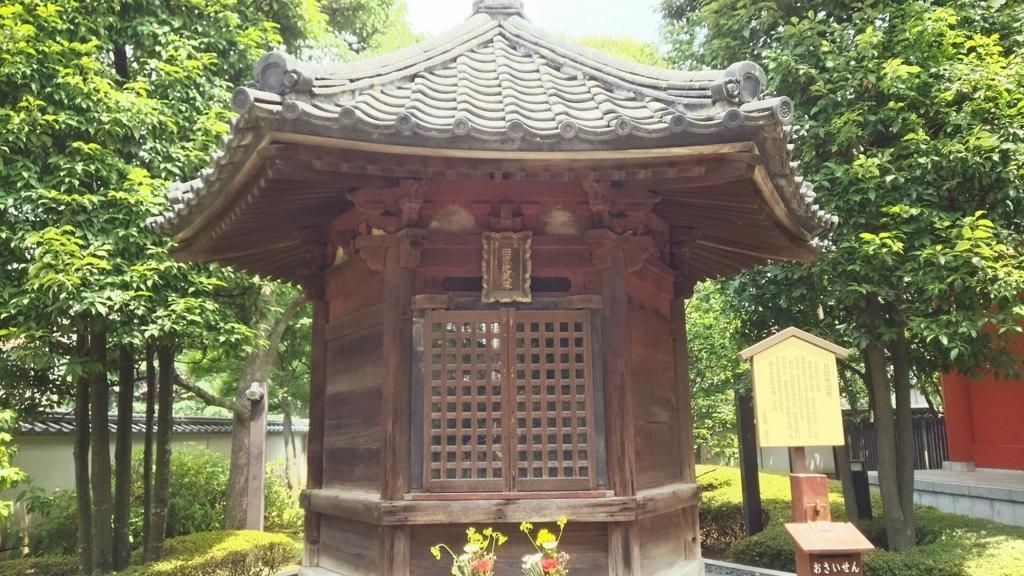 浅草寺西境内の六角堂。緑の中に建つ6角形のお堂に明るい日差しが降り注いでいる。