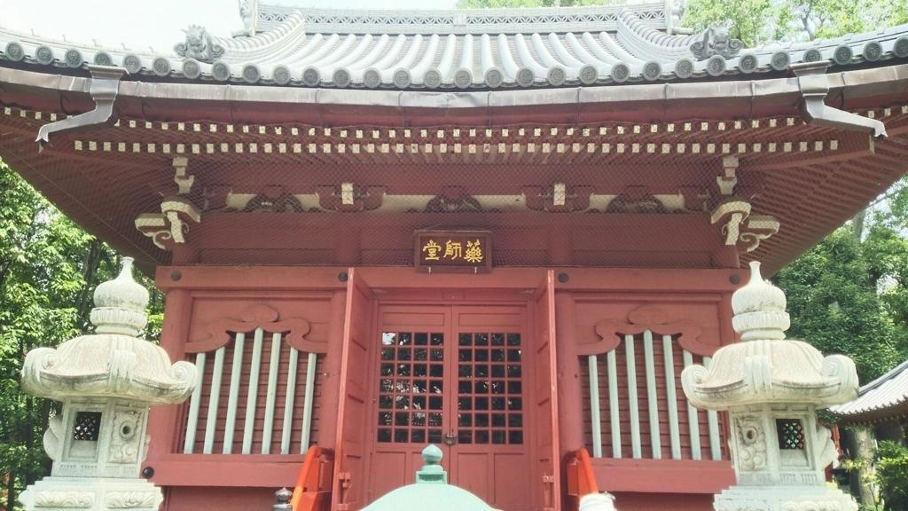 橋本薬師堂。2基の石灯籠が前に置かれている。