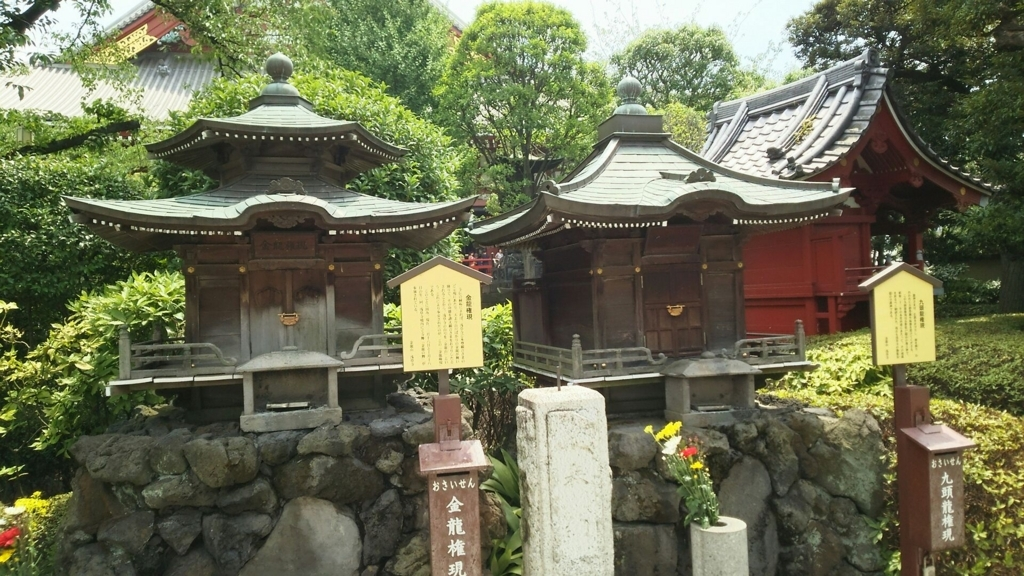 右が仏教を守り雨を操る九頭龍権現、左が御本尊を守る金龍権現。九頭龍権現の奥に銭塚弁財天がある。