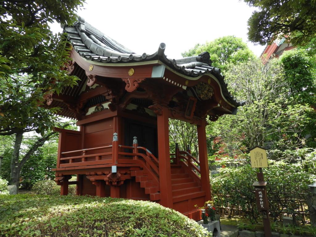 浅草寺西境内の銭塚弁財天。朱色のお堂を手入れの行き届いた緑が囲んでいる。
