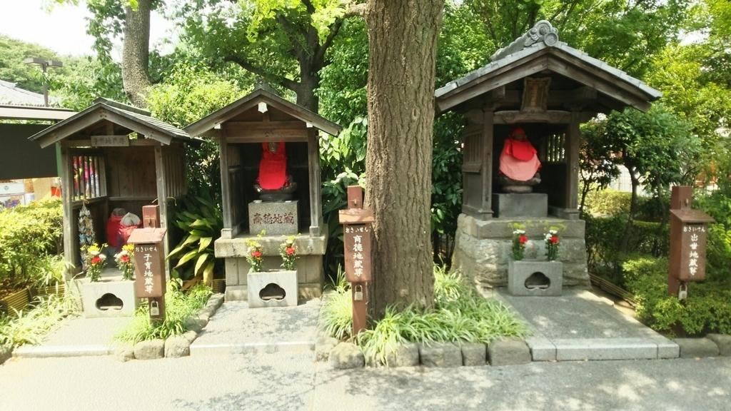 向かって左から子育地蔵、商徳地蔵、出世地蔵。全て赤い衣装を着せられ、赤い帽子をかぶり、小さな祠の中に立っている。商徳地蔵と出世地蔵の間に木が植わっている