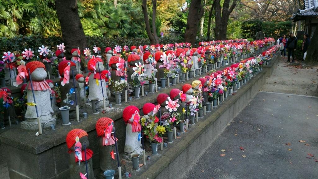 赤い帽子を被り、赤い前掛けを付け、赤い風車を持った増上寺の千躰子育地蔵菩薩