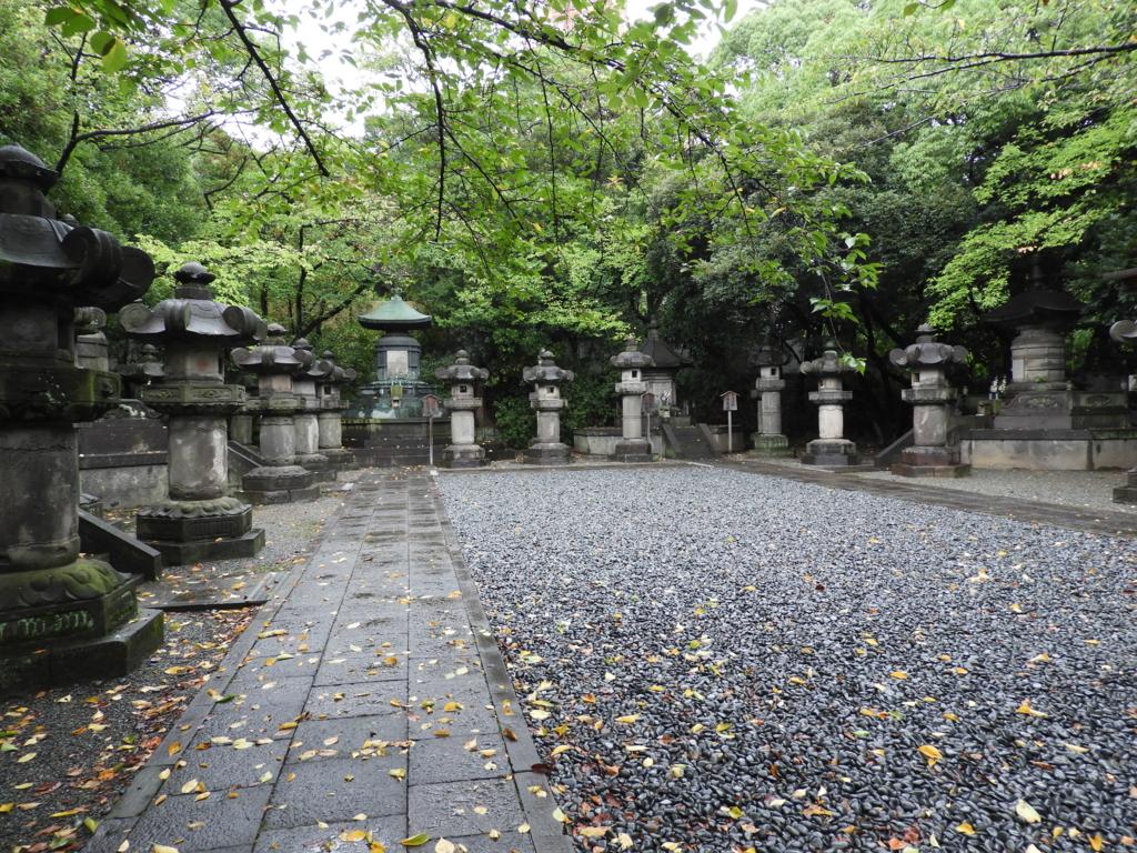6人の将軍が眠る増上寺の徳川将軍家墓所。敷地の淵に沿ってコの字型に墓石が並んでいる。