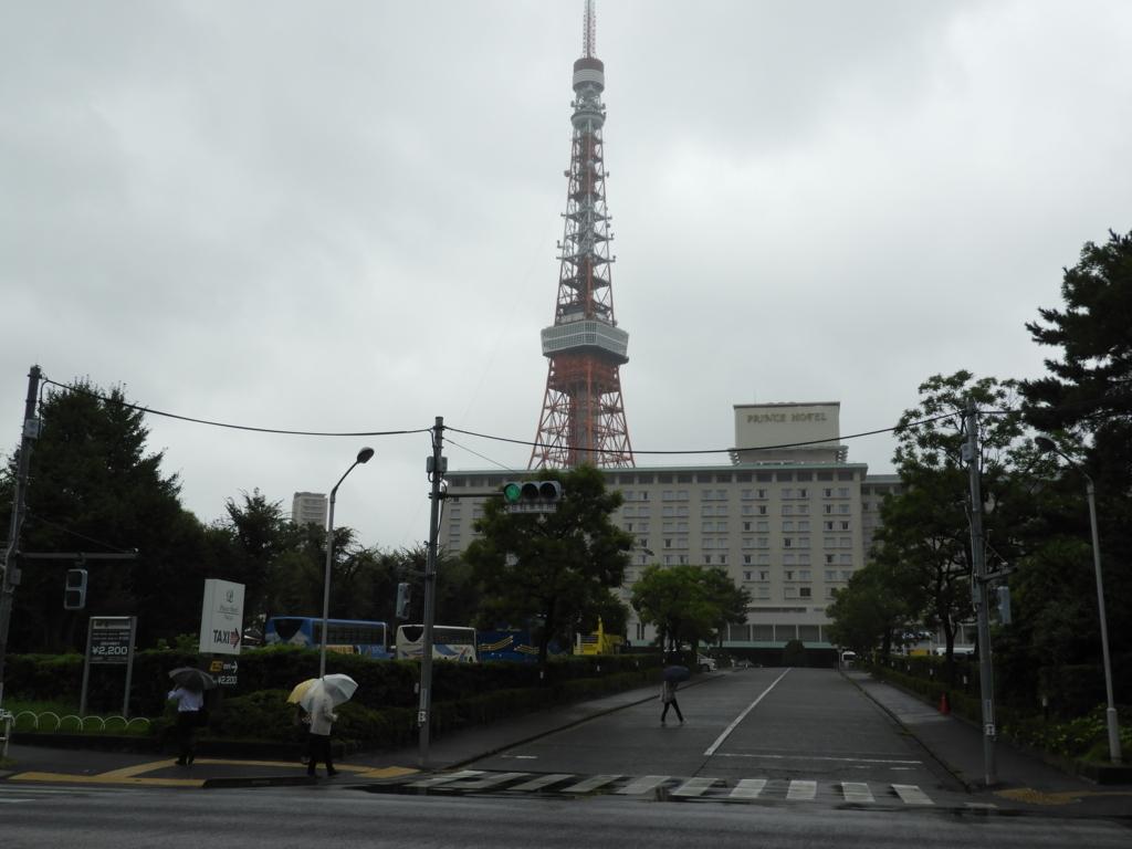 東京タワーとプリンスホテル。中央のプリンスホテルの背後に東京タワーが位置している。