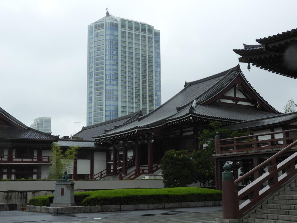 大殿左側の光摂殿の背後にあるザ・プリンスパークタワー