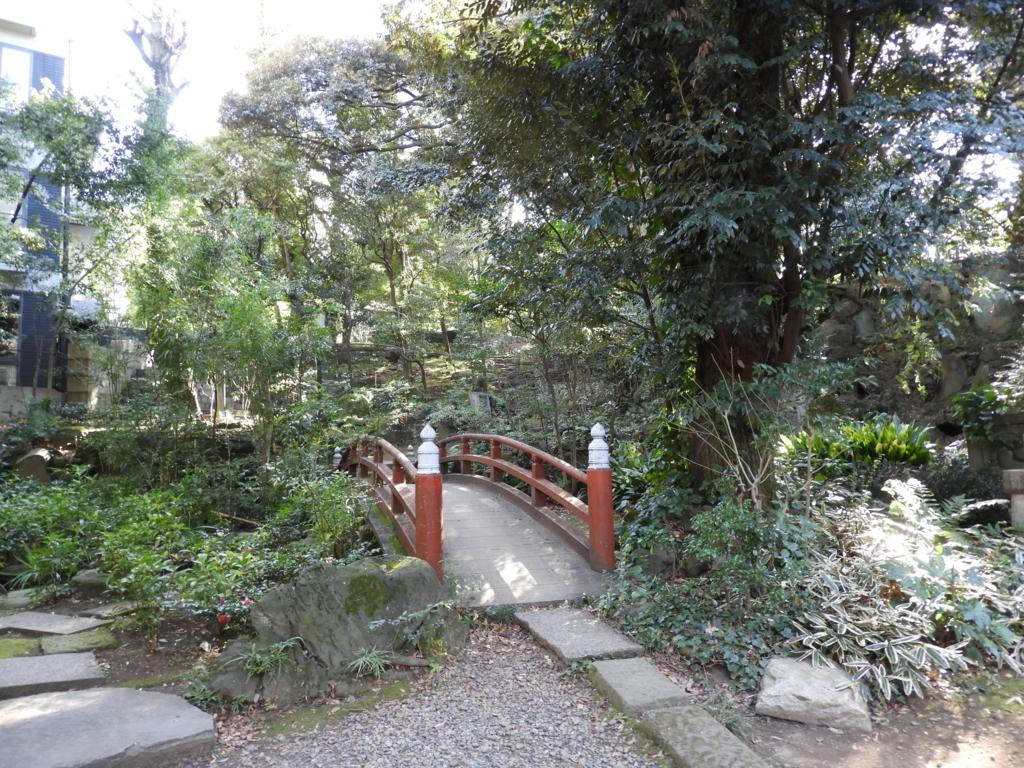 四合(しあわせ)稲荷神社の境内