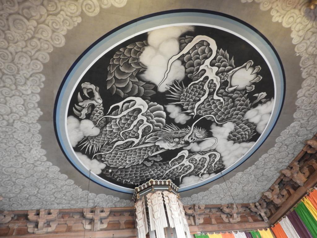 建長寺の法堂の天井に描かれた龍の絵