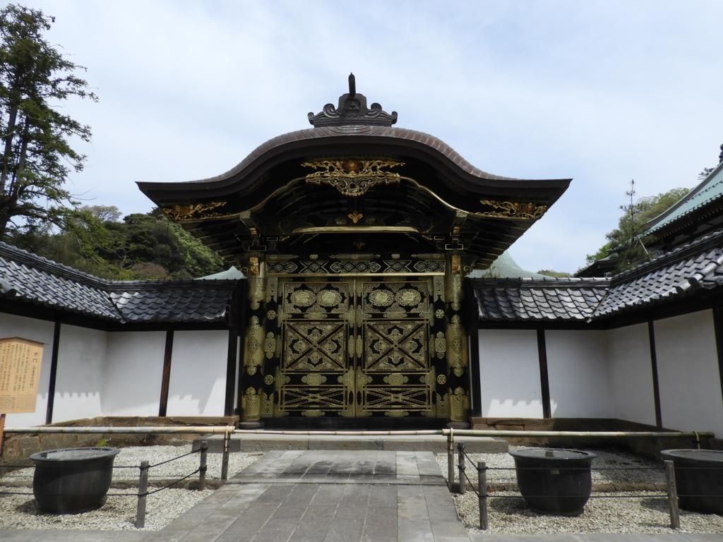 増上寺の秀忠夫人の霊屋から移築した重要文化財である建長寺の唐門