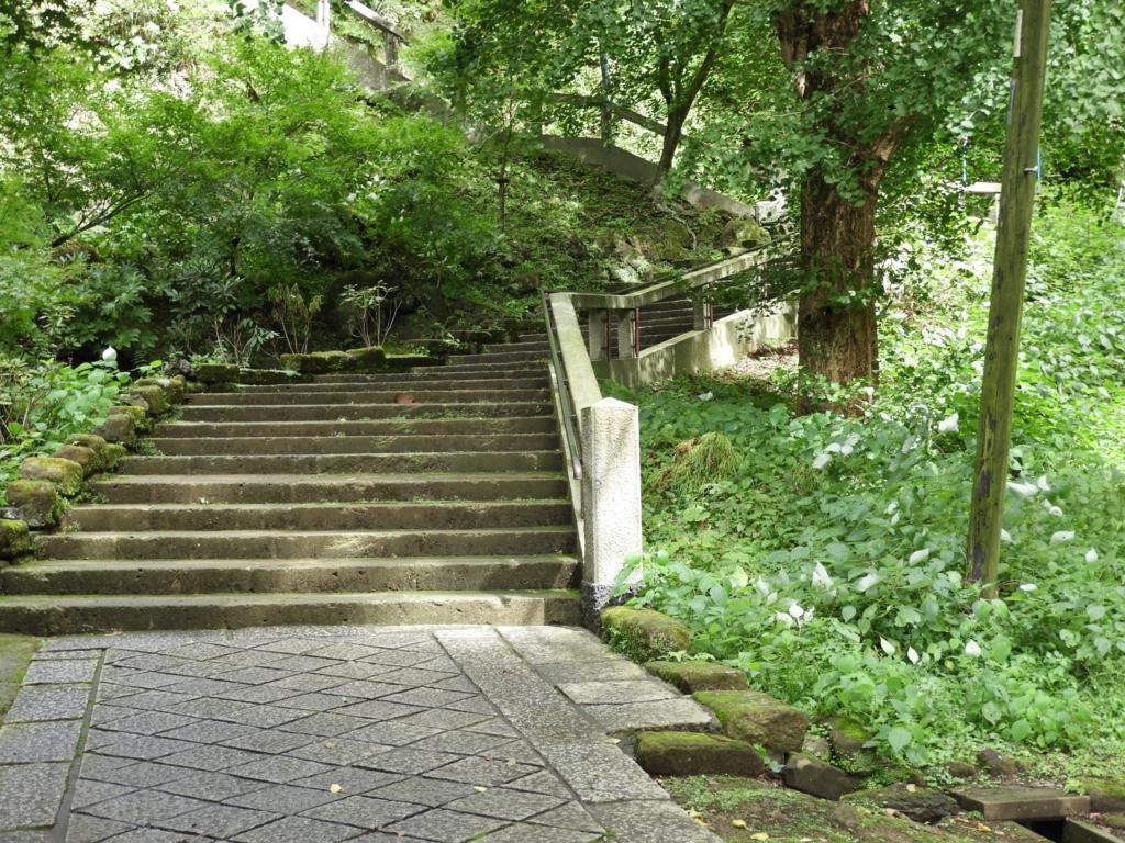 撮影場所としても使用された建長寺の塔頭である半蔵坊への石段