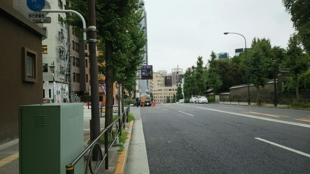 広々とした本郷通り。仕事始めの日はは車道まで人が溢る。