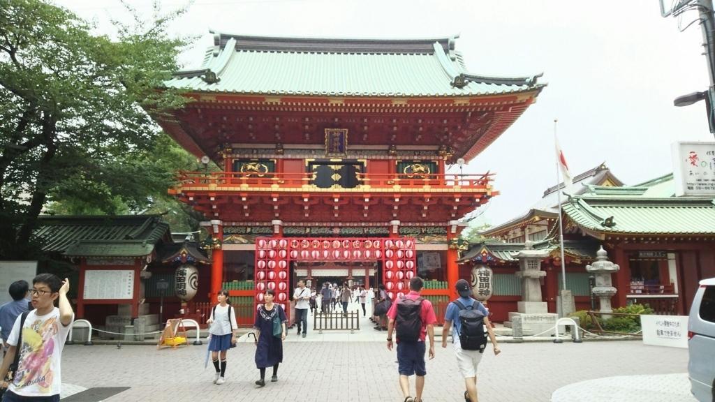 朱色が美しい浅草寺隋神門。イベント用の提灯で飾られている。