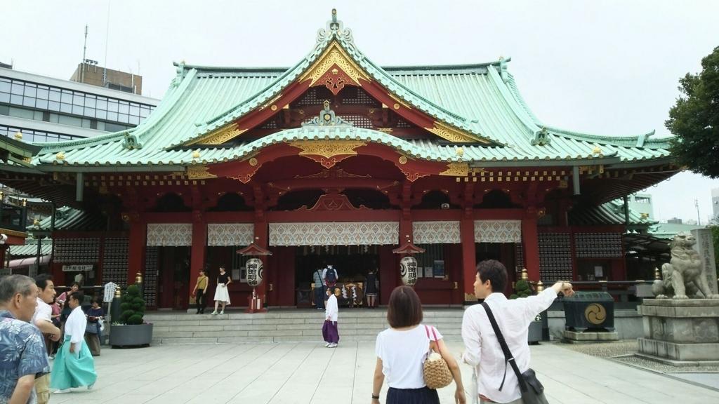 鉄骨鉄筋コンクリート、総朱漆塗の神田明神の社殿。平日という事もあって閑散としている。