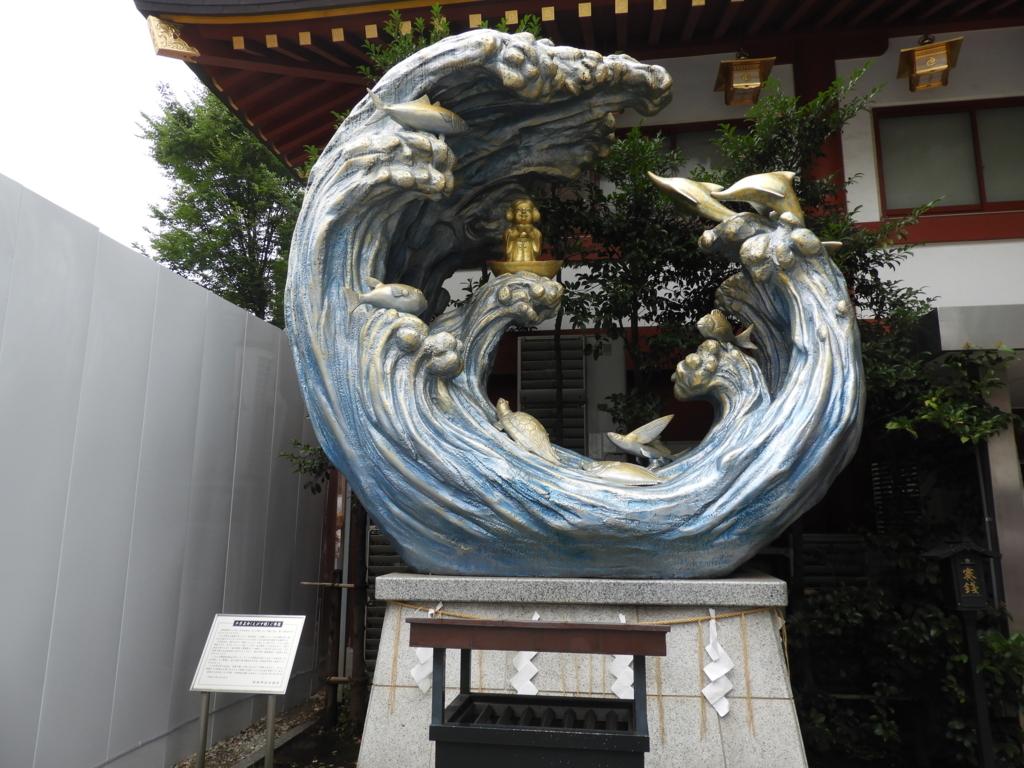 イルカやタイやトビウオといった海の仲間に守られた神田明神のえびす様尊像