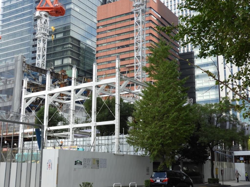 大型再開発が続く中に残された首塚。塚をカバーするための工事も行われている。