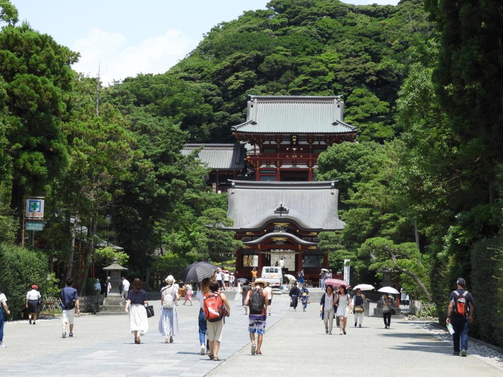 三の鳥居から舞殿まで一直線に伸びる鶴岡八幡宮の参道