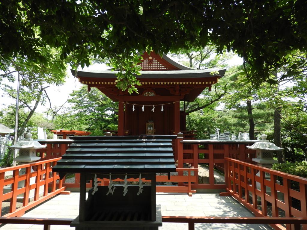 源氏池の島に位置する鶴岡八幡宮の境内社の旗上弁財天社