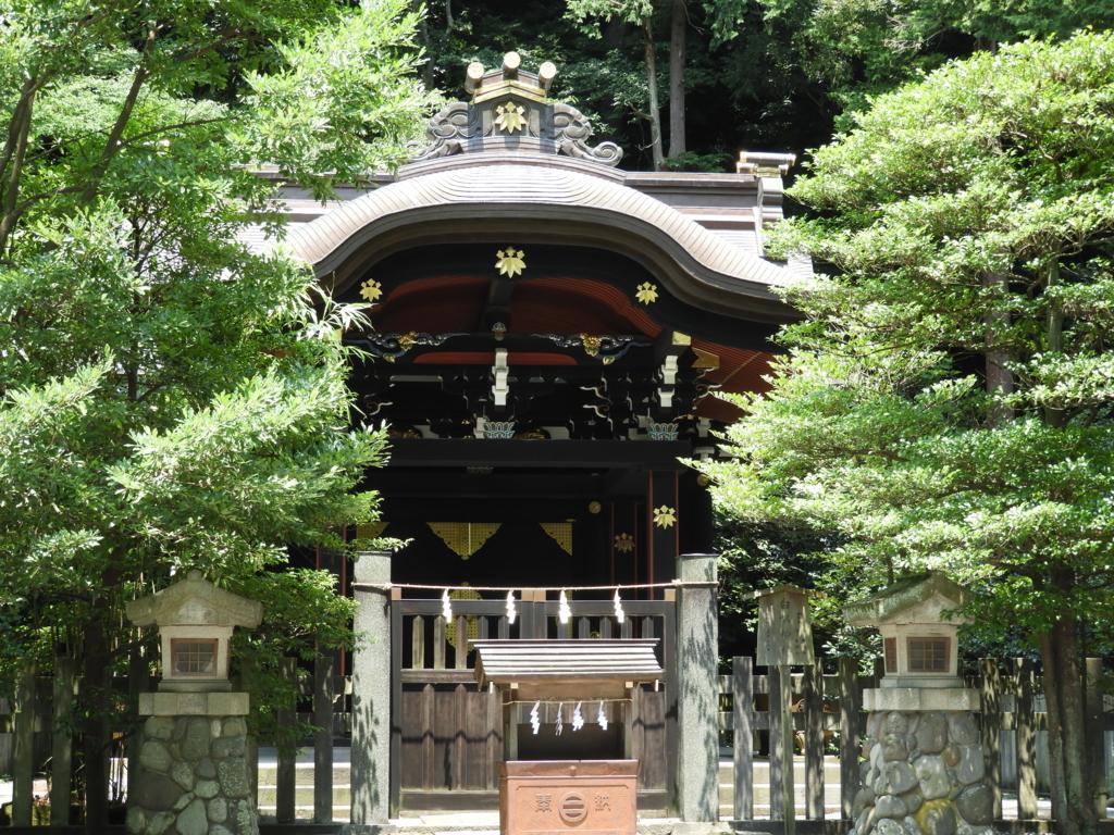 源頼朝を祀るために北条政子が創建し、後に実朝も合祀された白旗神社