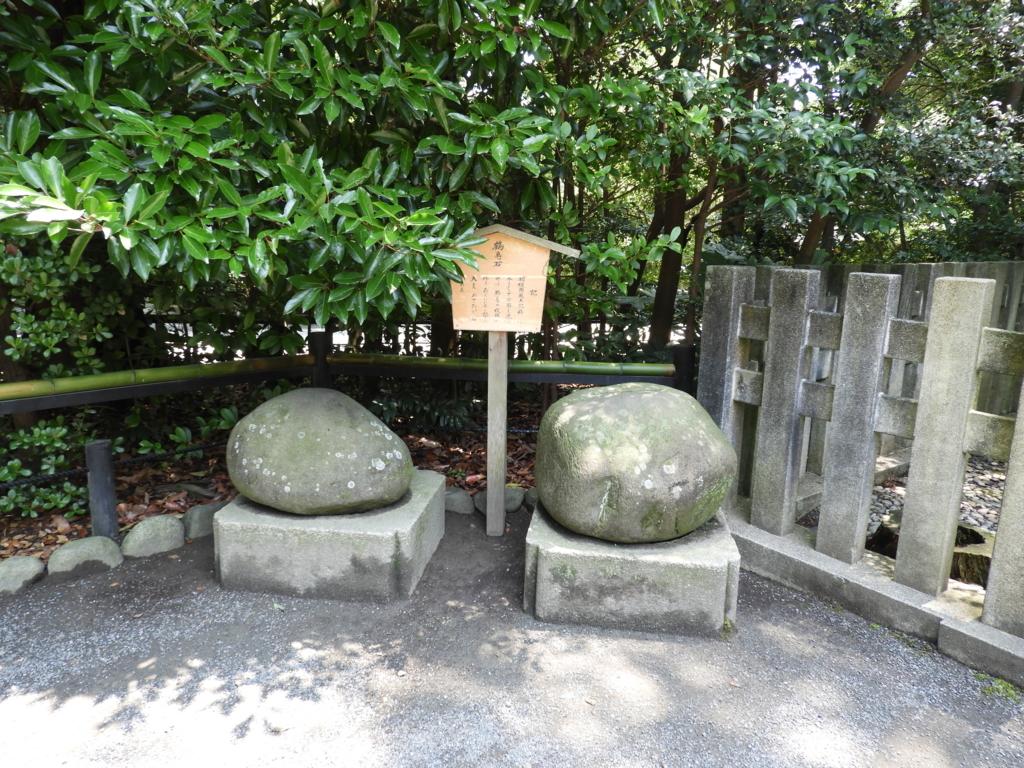 水で表面を洗うと鶴と亀の模様が出てくる鶴岡八幡宮の鶴亀石