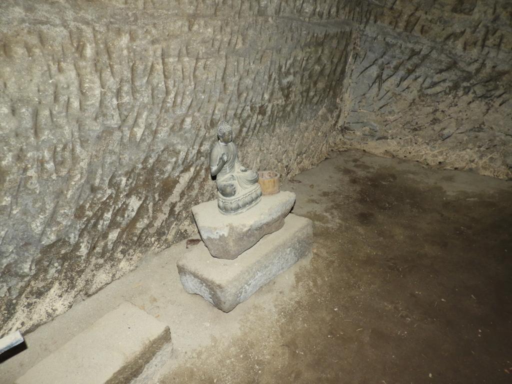 洞窟内の石仏