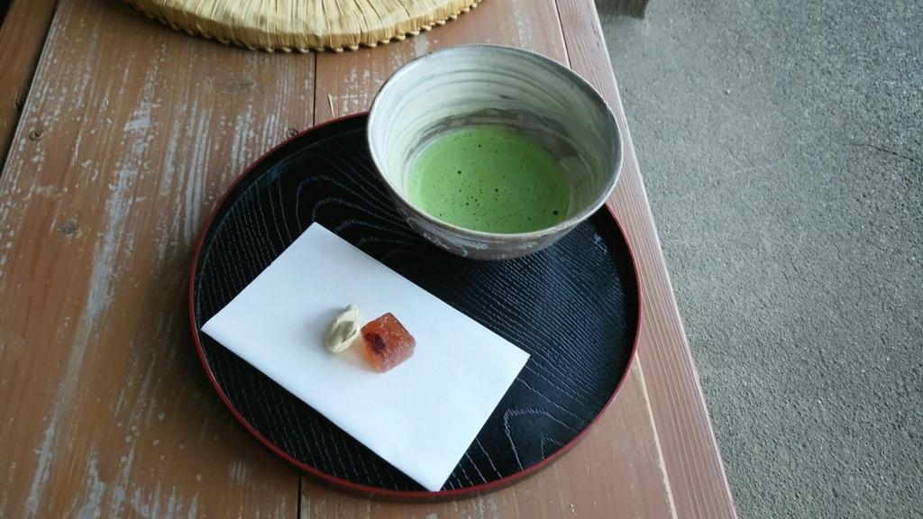 竹林を眺めながらいただく英勝寺の抹茶と和菓子