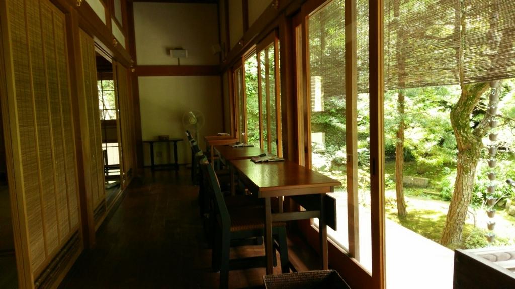究極のお寺カフェ「安寧」の庭園を前にしたテーブル