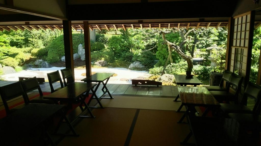 茶堂「喜泉庵」の書院造りの和室の向こう側に見える枯山水庭園