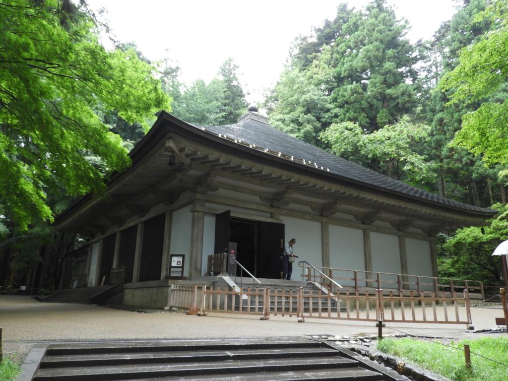鉄筋コンクリート造の覆堂の中に納められている中尊寺金色堂