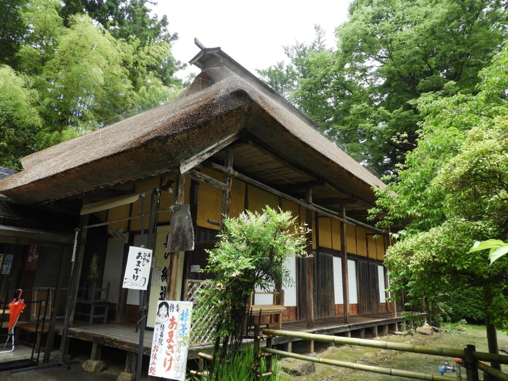 中尊寺の本堂と地蔵堂の間にある茶店