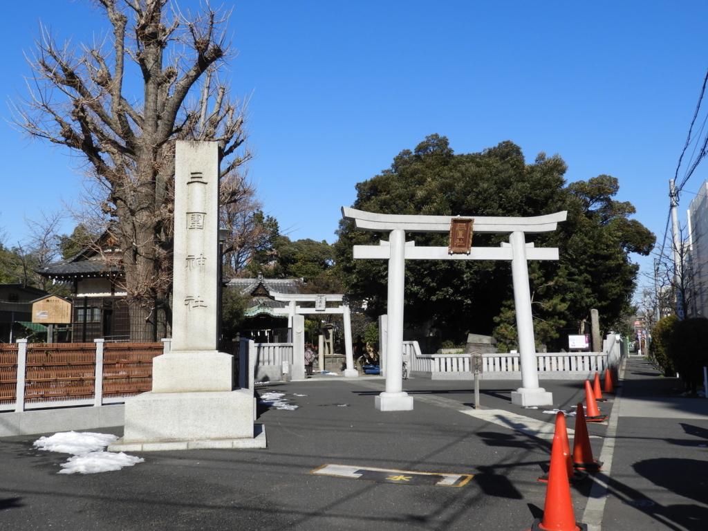 三囲神社の一の鳥居