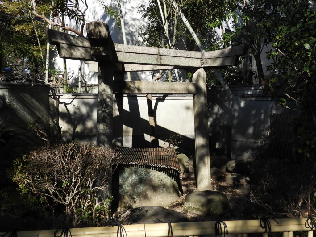 三囲神社の三角石鳥居