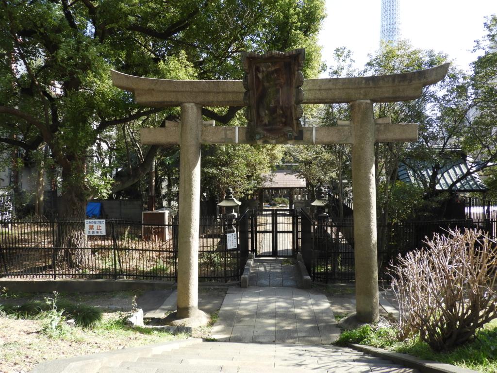 三囲神社の堤下の大鳥居