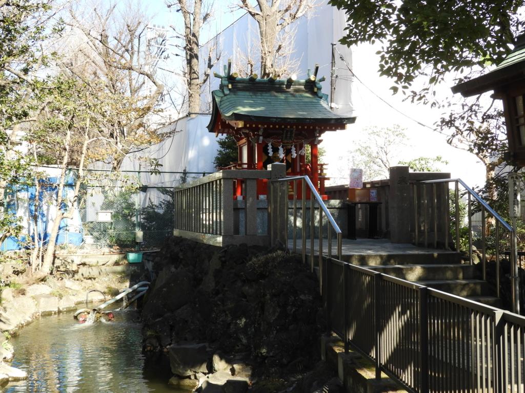 八幡宮が創祀される以前から祀られる地主神の七渡神社・栗島神社