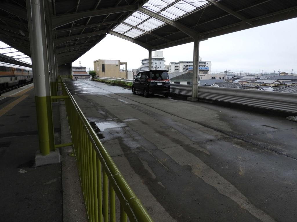 宇治山田駅のホーム脇の旧バス停。車が一台止められている。
